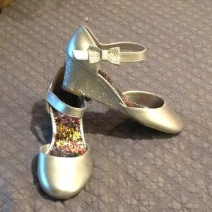 Girls Silver Wedge Pump w/Ankle Strap. Sz. 3